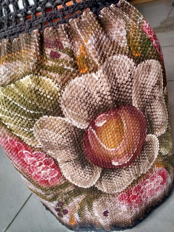 Capa para botijão de gás florido com crochê escuro 1