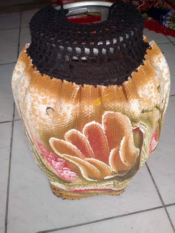Capa para botijão de gás colorida com flor e croche 1