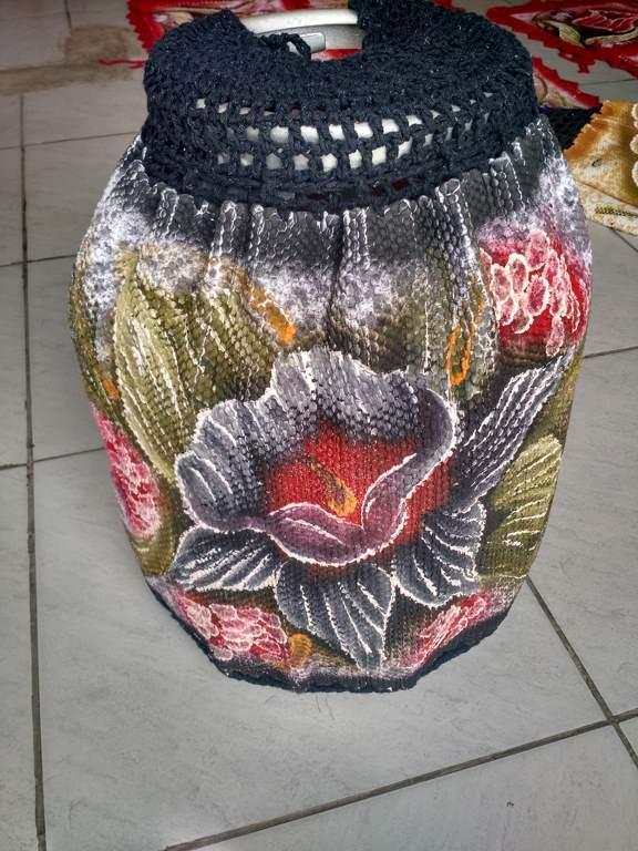 Capa para botijão de gás floral com croche preto 1
