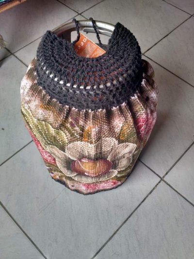 Capa para botijão de gás florido com crochê escuro