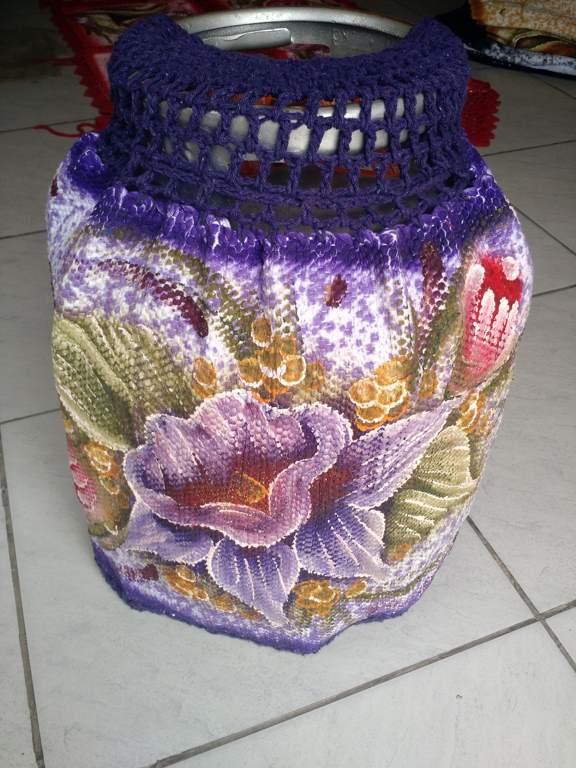 Capa para botijão de gás roxa com flor e croche 1