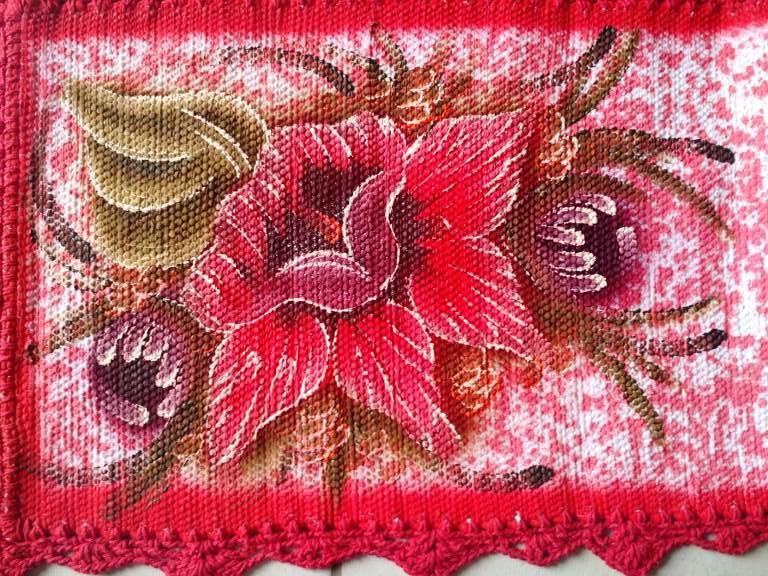 Trilho de mesa vermelho floral com croche 5