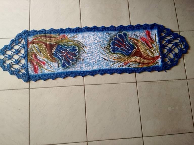 Trilho de mesa croche azul com flores 1