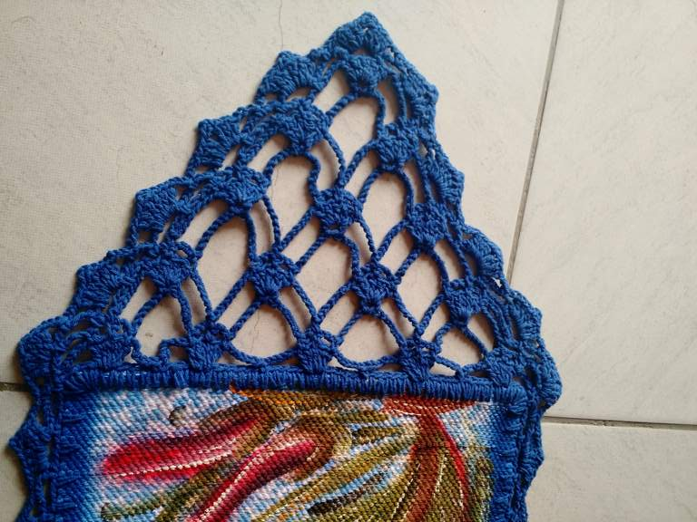 Trilho de mesa croche azul com flores 5