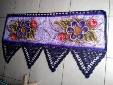 bando de cortina roxo para janela com flores e crochê