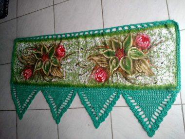 bando de cortina verde para janela com flores e crochê