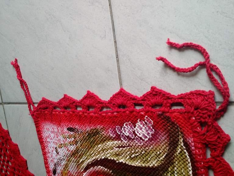 Jogo para mesa florido com 4 assentos de cadeira + trilho de mesa vermelho com crochê 5