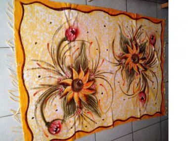 meia manta amarela com duas flores