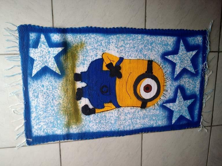 Tapete azul com estrelas e personagem infantil Minions 1