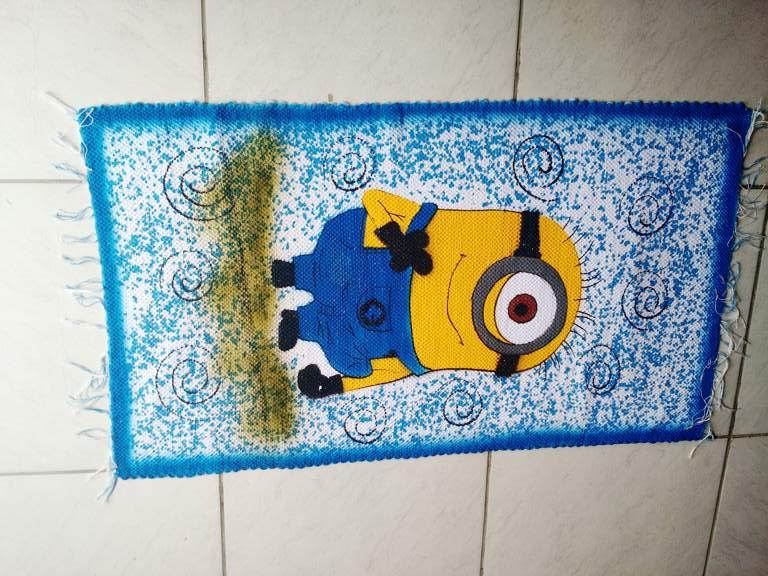Tapete azul com personagem infantil dos Minions 1