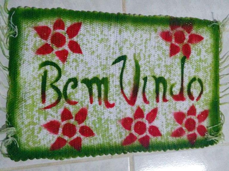 Tapete Bem-Vindo verde com flores vermelhas