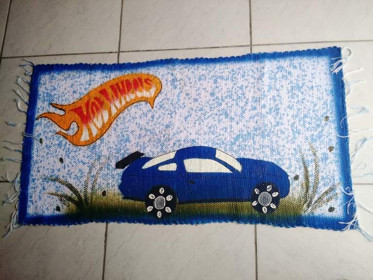 tapete infantil azul com carro hot wheels 1