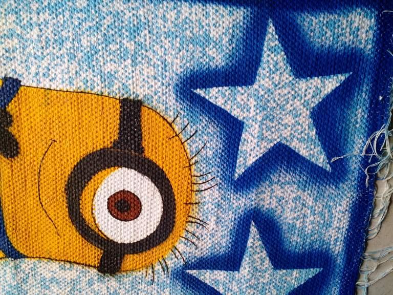 Tapete azul com estrelas e personagem infantil Minions 3